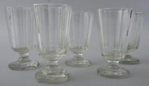 Fünf Fußbecher (Biergläser), Ende 19.Jh./ um 1900Farbloses Glas/ Kristall, runder bzw. pol