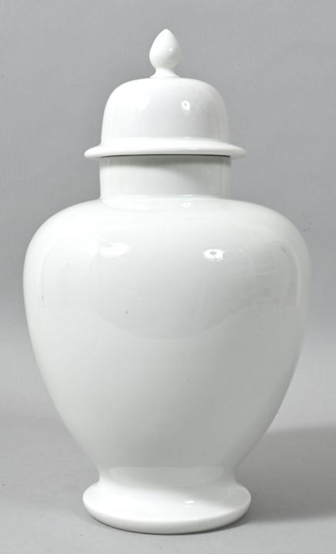 Deckelvase, Meissen, 1. H. 20. Jh.Porzellan, weiß. Balusterform mit Helmdeckel, Boden kreisr