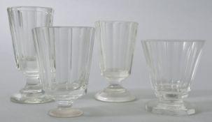 Vier Schnapsgläser, 2. H. 19./ Anf. 20. Jh.Farbloses Glas/ 2 St. Pressglas. Gefußte Form, k