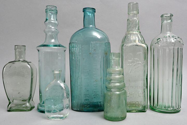 Konvolut von sieben hellblauen Flaschen / Set of seven bottles