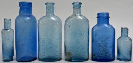 Konvolut von sechs blauen Flaschen / Set of six bottles