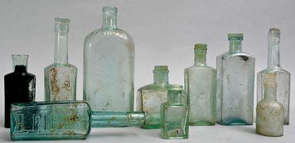 Konvolut von zehn hellblauen Flaschen / Set of aqua glass bottles