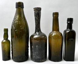 Konvolut fünf grüner Flaschen / Set of five green bottles