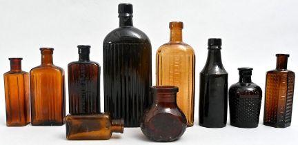 Konvolut von zehn Apothekerflaschen und Haushaltswarenflaschen