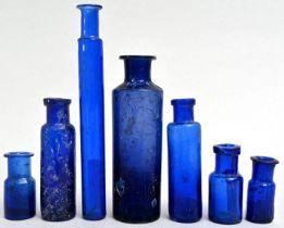 Konvolut von sieben blauen Fläschchen / Seven Apothecary bottles