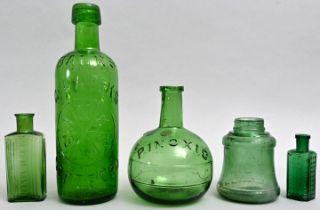 Konvolut von fünf grüne Flaschen / Set of five bottles