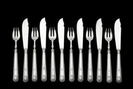 An Edwardian set of six silver shell pattern fish knives and forks by Goldsmiths & Silversmiths Co.