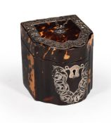 Y AN EDWARDIAN SILVER MOUNTED TORTOISESHELL TEA CADDY IN THE FORM OF A MINIATURE KNIFE BOX