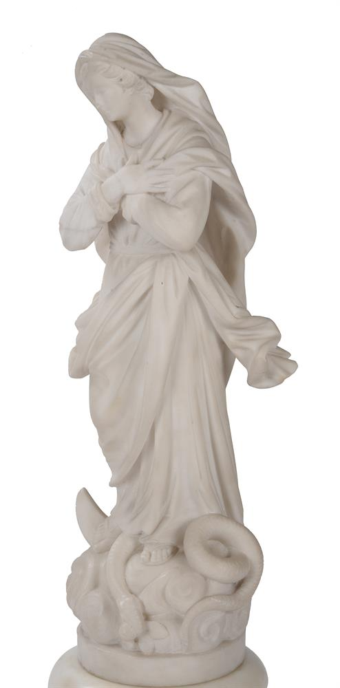 AN ITALIAN CARVED MARBLE FIGURE 'OUR LADY OF LOURDES', EARLY 19TH CENTURY - Image 4 of 6