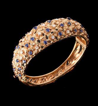 AN 18 CARAT GOLD SAPPHIRE AND DIAMOND HINGED BANGLE SIGNED VAN GOGH
