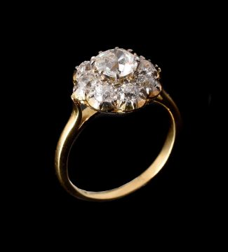 A 1980S DIAMOND CLUSTER RING