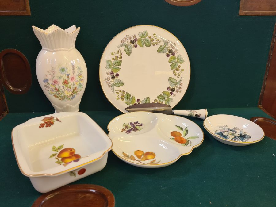 An Aynsley floral pattern china vase, assorted Royal Worcester Evesham pattern table wares and a