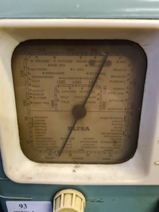 1940's Ultra T401 bakelite cased valve radio. - Image 2 of 3