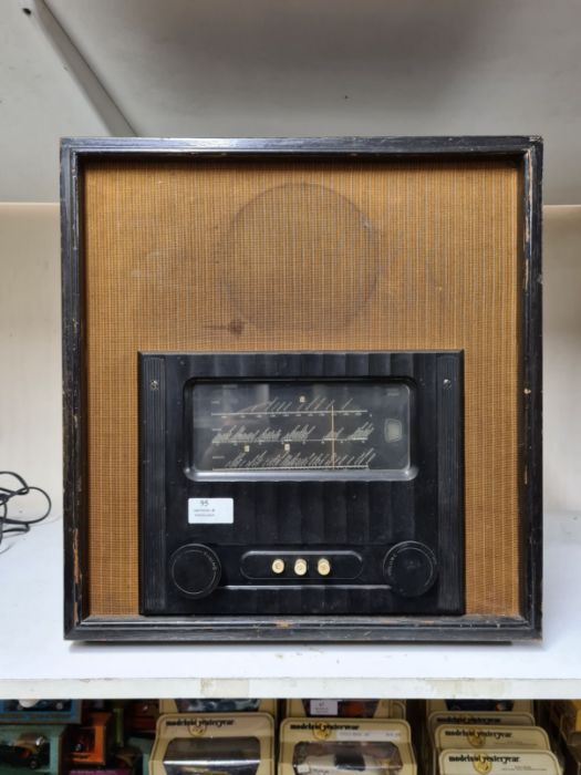 Vintage Murphy type A90 radio receiver in heavy wooden case with bakelite trim.