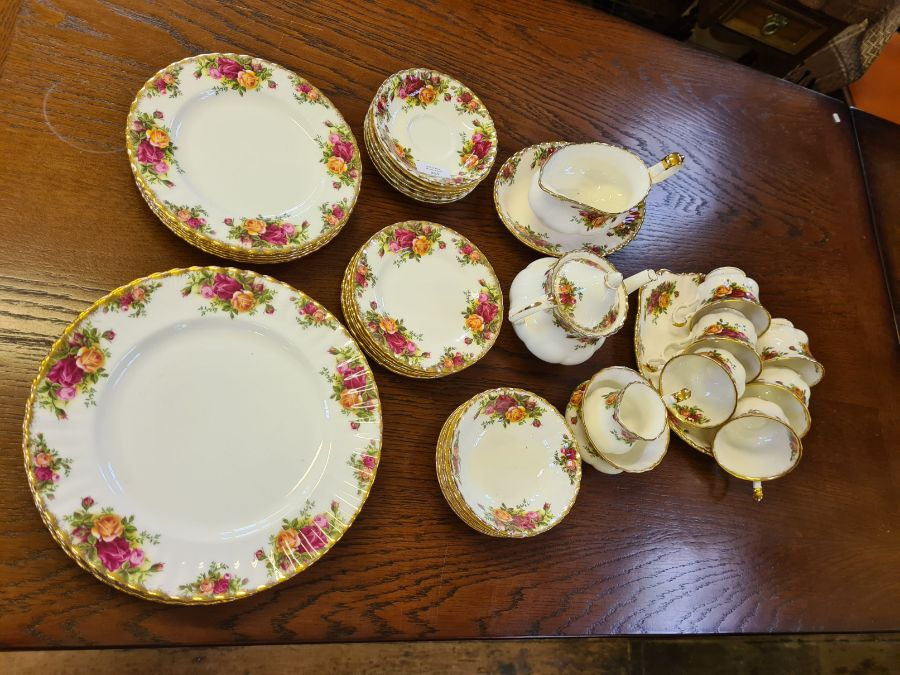 Royal Albert Old Country Roses 6 place dinner and tea service comprising 6 dinner plates, 6 side - Image 2 of 3
