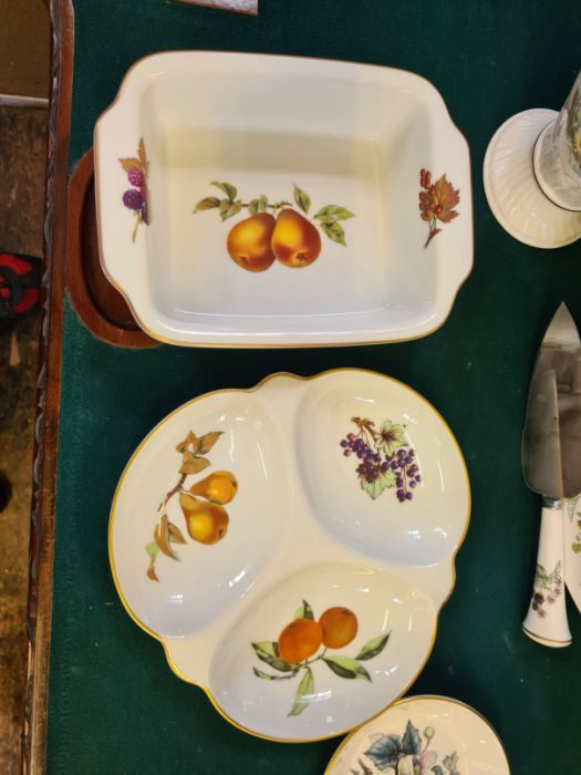 An Aynsley floral pattern china vase, assorted Royal Worcester Evesham pattern table wares and a - Image 3 of 4