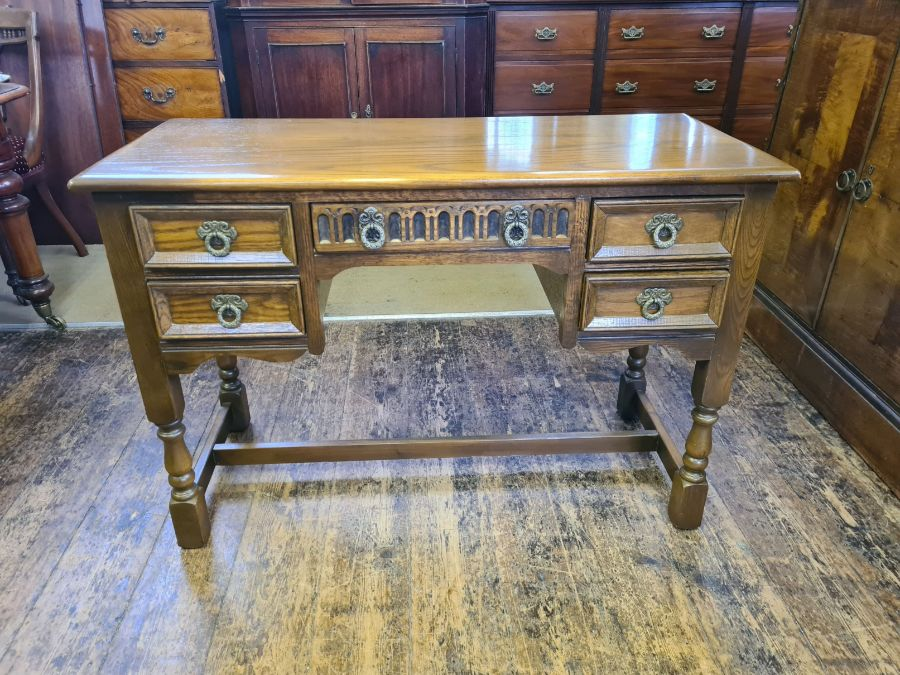 Old Charm bedroom chest and matching kneehole dresser/desk together with matching table mirror - Image 5 of 6