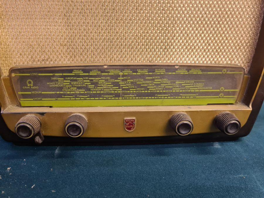 1950's Philips 341A bakelite cased valve radio. - Image 2 of 3