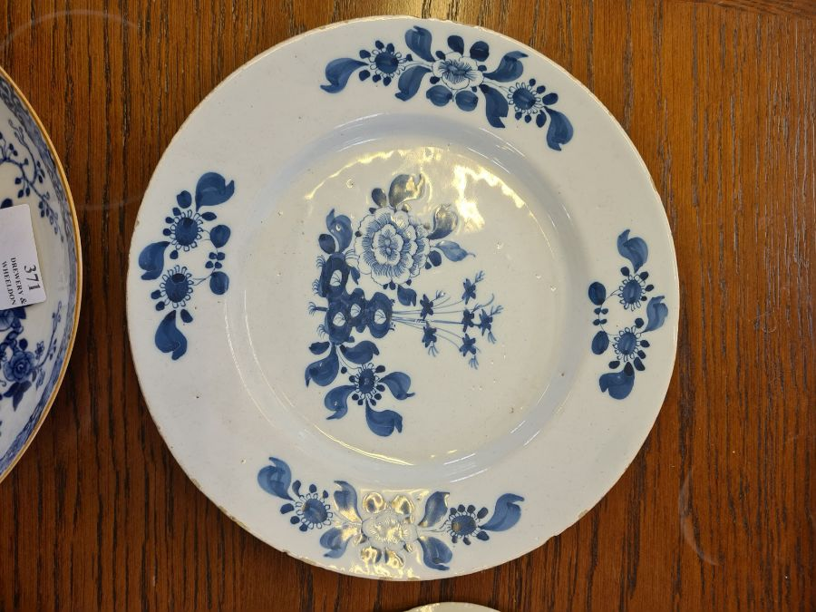 5 x 18th century and later tin glazed and porcelain plates and dishes. - Image 5 of 11