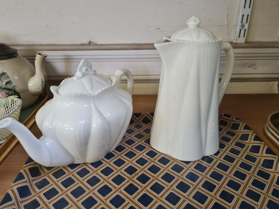 2 trays of 1930's decorative pottery and porcelain to include Shelley teapot and water jug, Myott - Image 5 of 5
