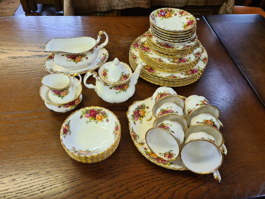 Royal Albert Old Country Roses 6 place dinner and tea service comprising 6 dinner plates, 6 side