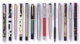 Sammlung von 12 Kugelschreibern, Rollern und zwei Füllfederhalter
