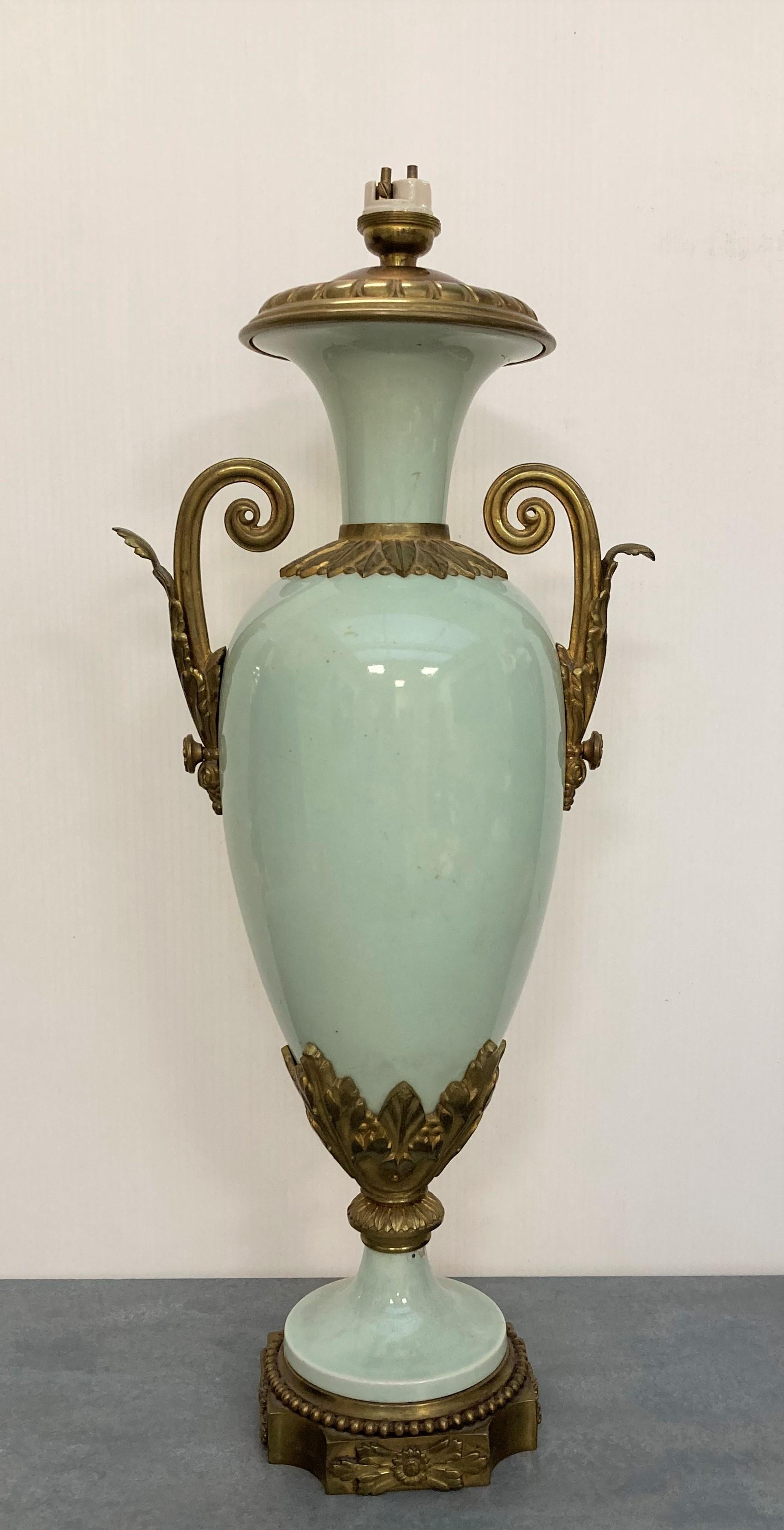LAMPE balustre en porcelaine céladon. Monture en bronze. Style Louis XVI, début XXe (égrenure au