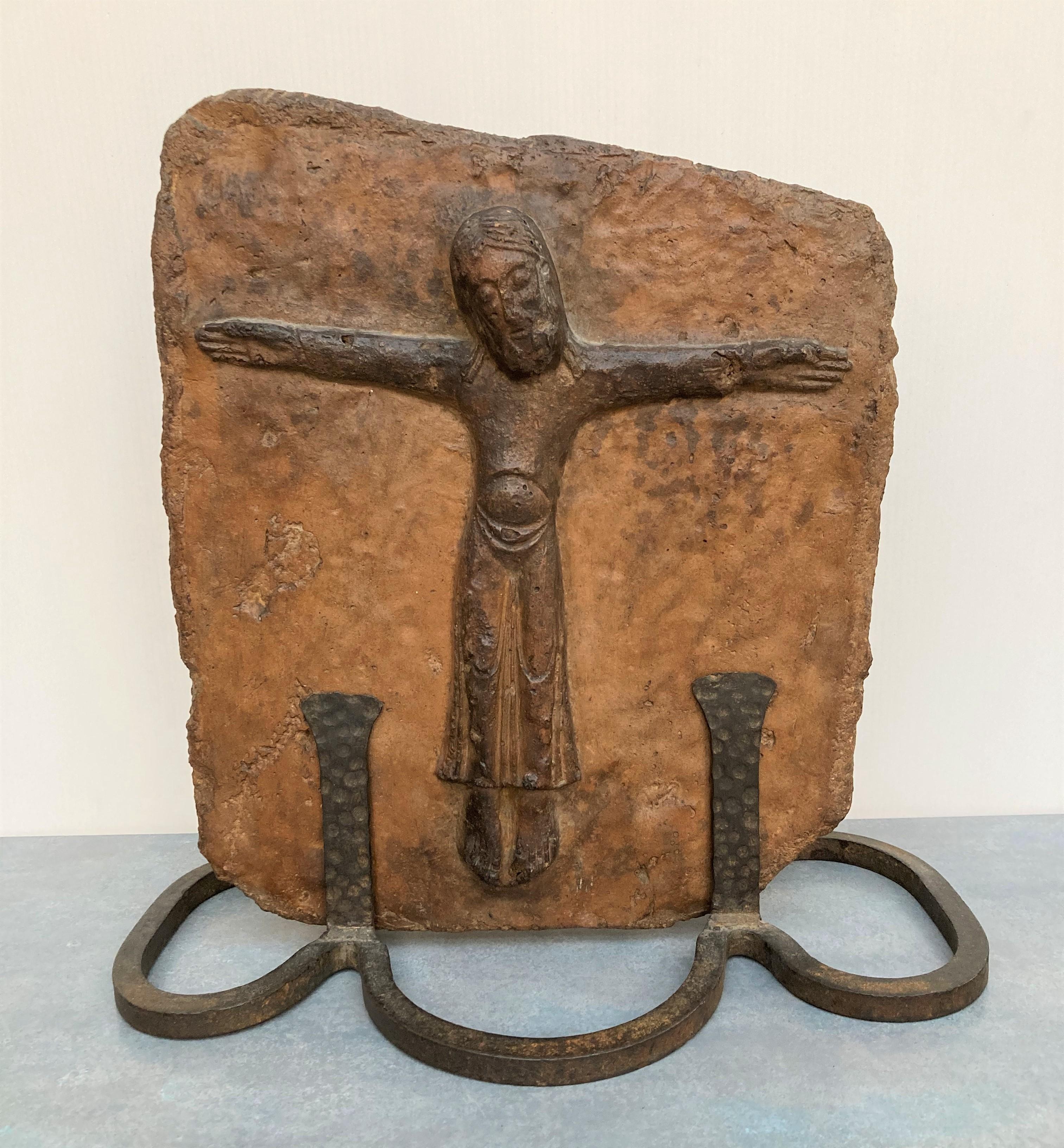 CARREAU en céramique à motif en relief de Christ en croix. Travail dans le goût de Moyen Age. 35 X