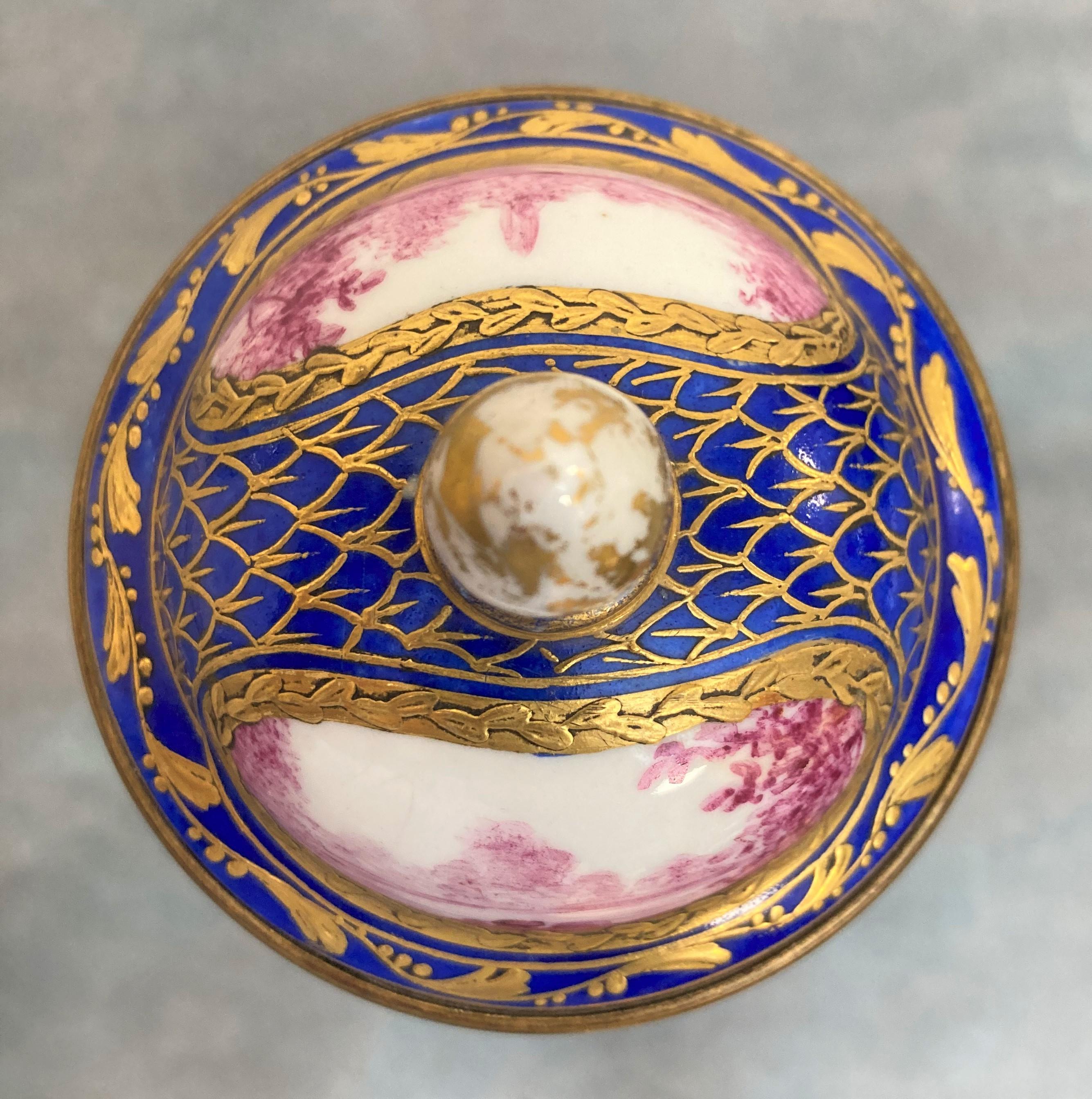 VASE couvert de forme balustre en porcelaine à décor de paysages et d'une scène galante en camaïeu - Image 3 of 3