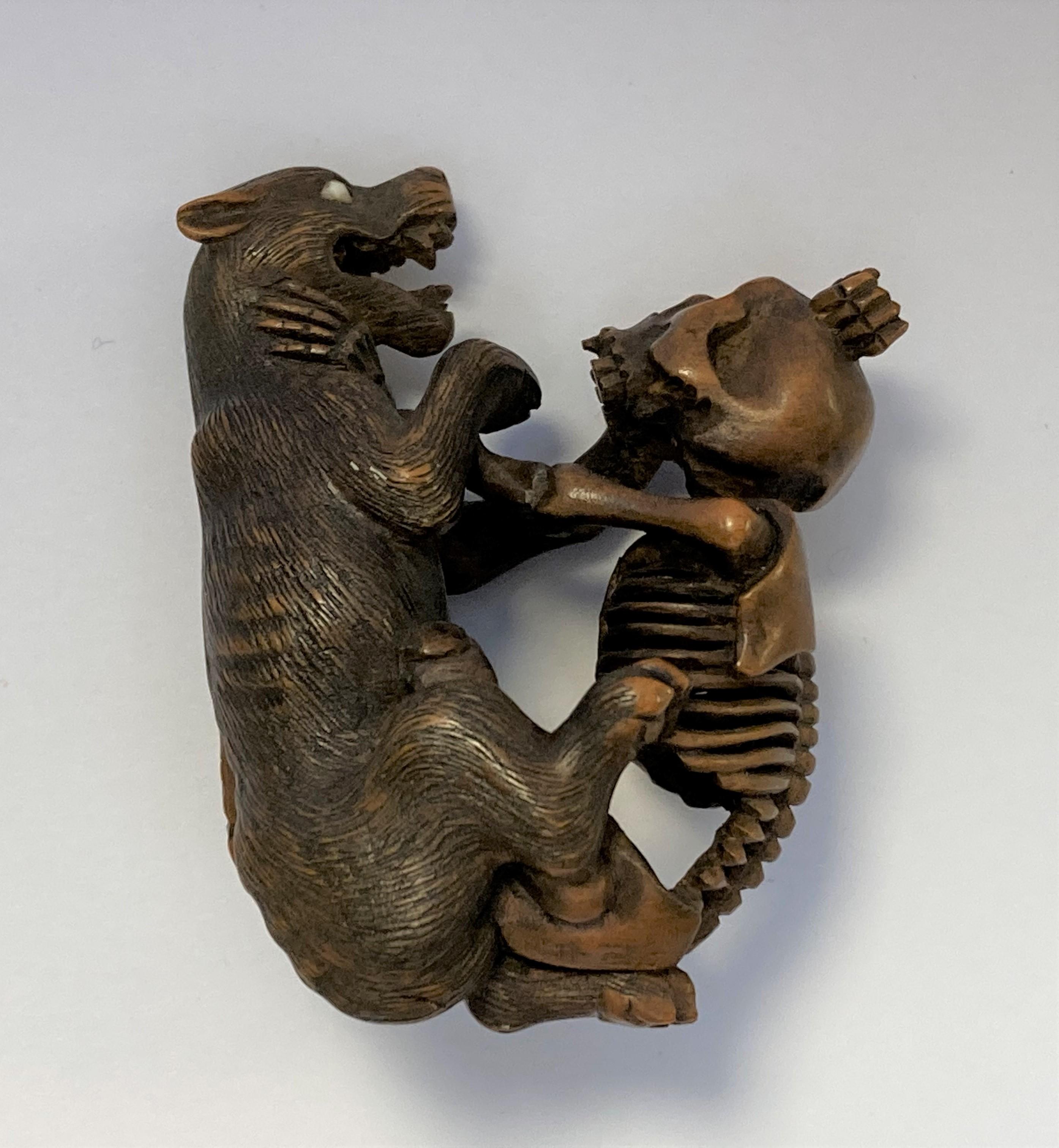NETSUKE en bois figurant un squelette et un loup combattant, la main du squelette sur la gorge de - Image 2 of 4