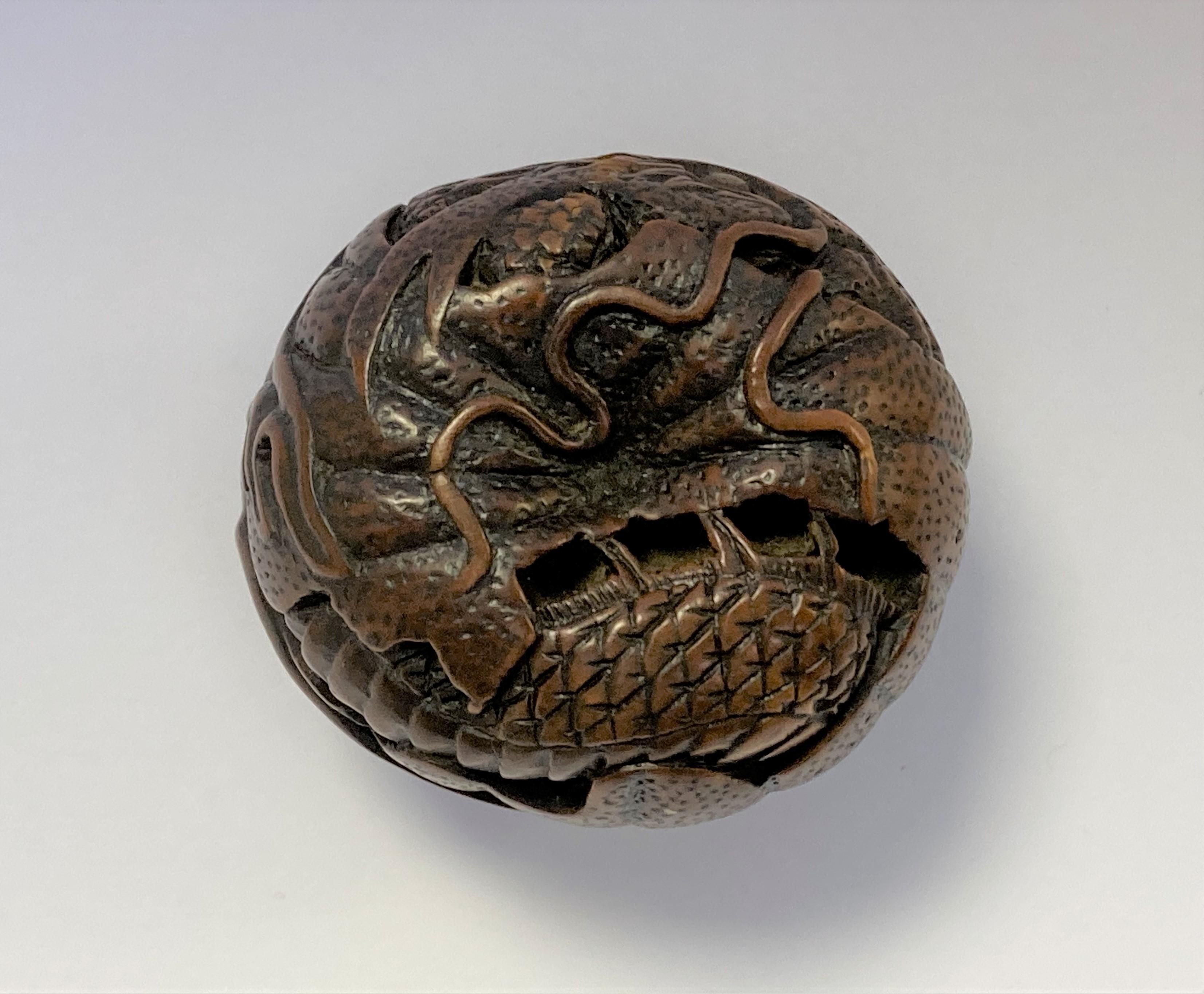 NETSUKE en buis figurant un dragon enroulé sur lui-même dans un mikan, son oeil visible incrusté - Image 4 of 4