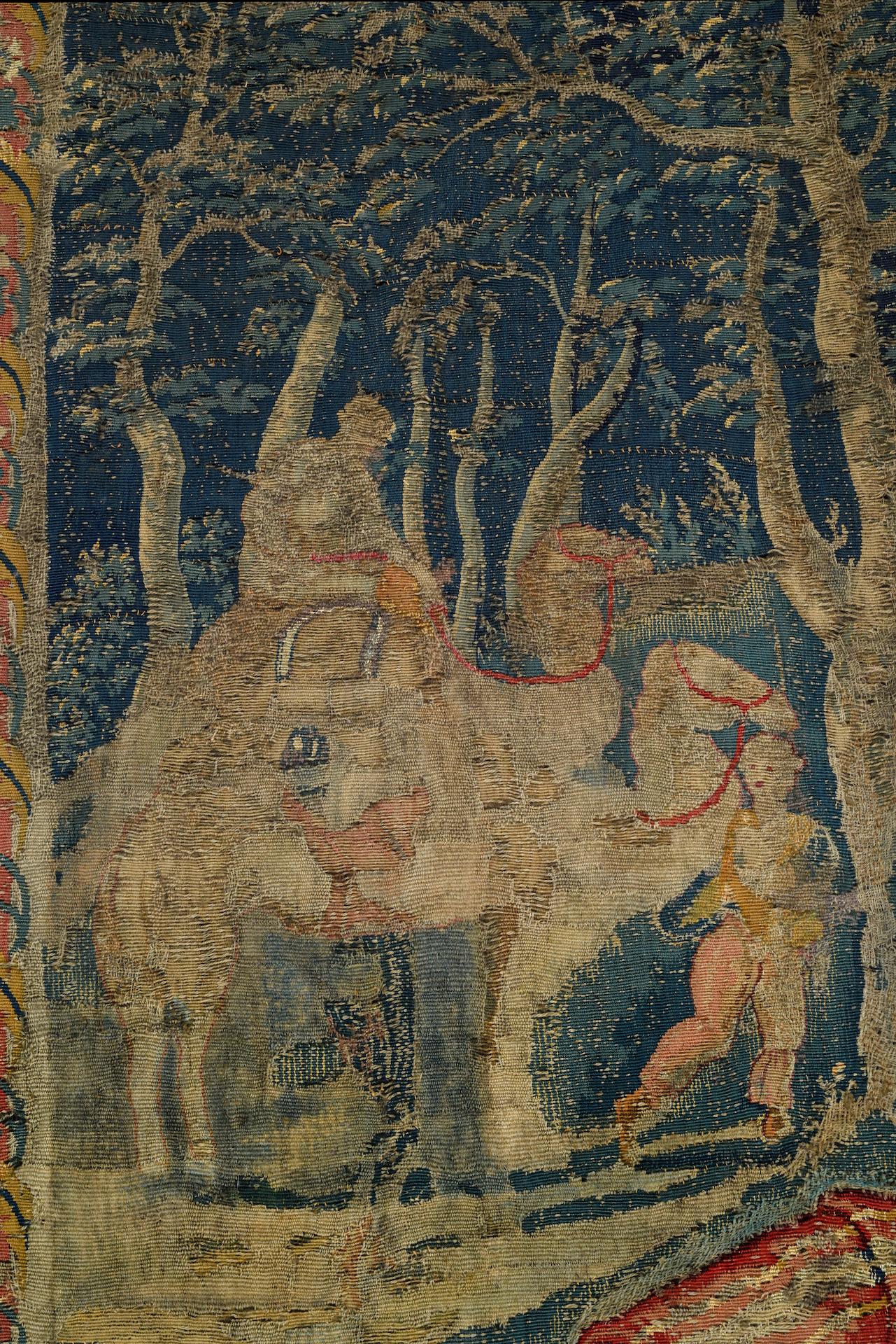 TAPISSERIE en laine et soie faisant partie d'une tenture de l'Histoire de Moïse. Au centre, Moïse, à - Image 4 of 4