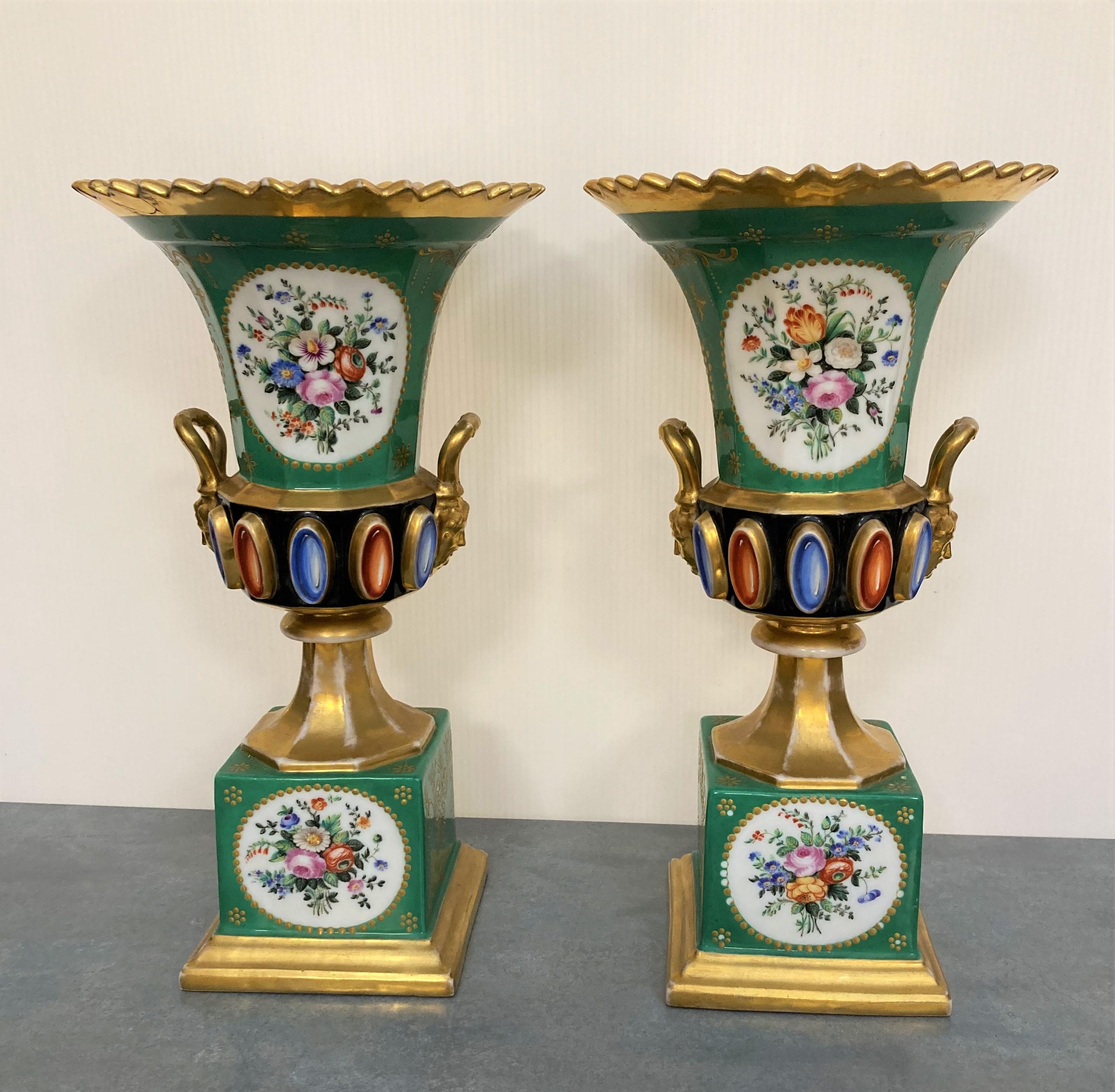 Paire de VASES en porcelaine polychrome et or ornés de motifs de fleurs et de deux portraits dans - Image 2 of 3