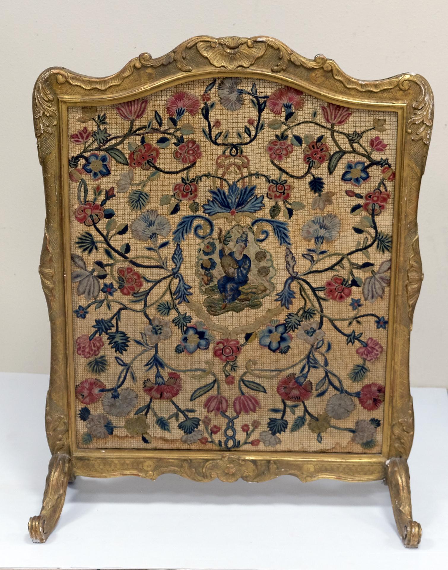 ECRAN de salon en bois sculpté et doré. Style Louis XV, XIXe. 102 X 79 X 38.