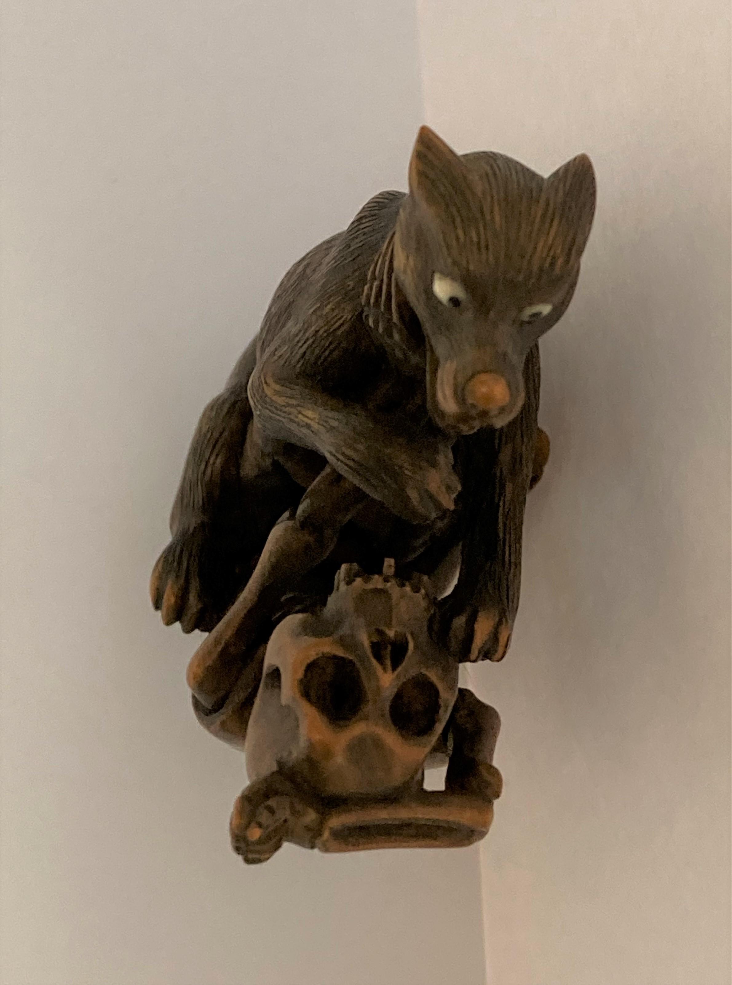 NETSUKE en bois figurant un squelette et un loup combattant, la main du squelette sur la gorge de - Image 3 of 4