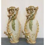 Paire de VASES en porcelaine ornés de motifs d'angelots dans des guirlandes de fleurs. Vienne (