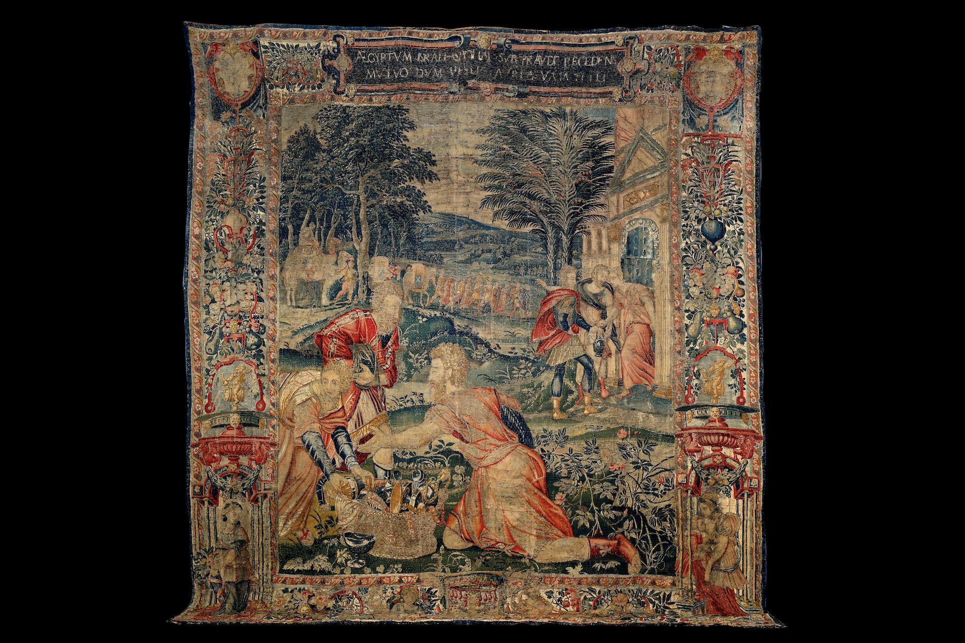 TAPISSERIE en laine et soie faisant partie d'une tenture de l'Histoire de Moïse. Au centre, Moïse, à
