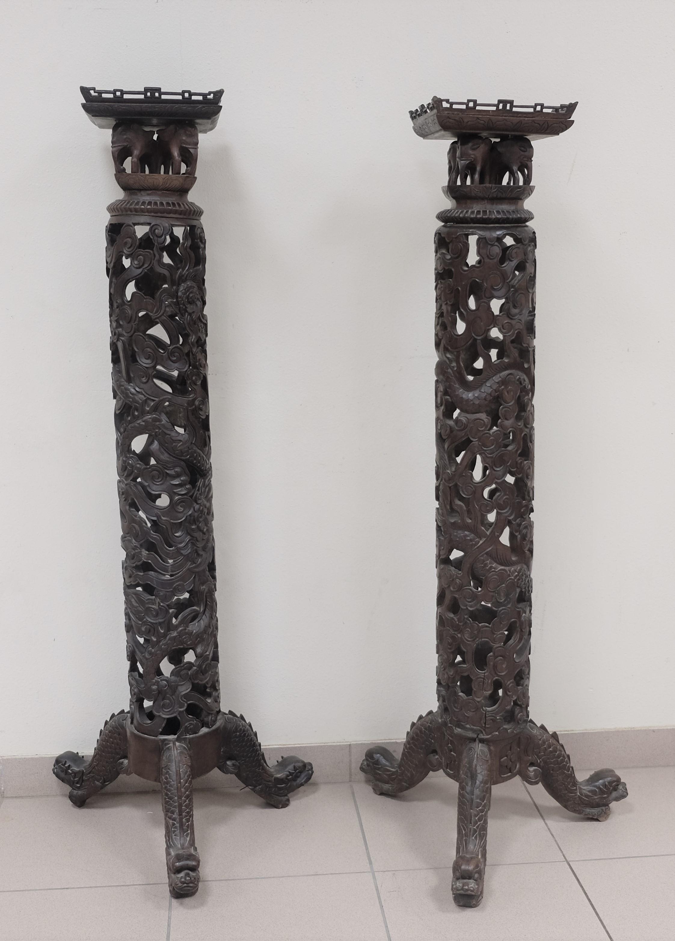 Paire de SELLETTES en bois exotique richement sculpté de motifs de dragons, d'éléphants et de