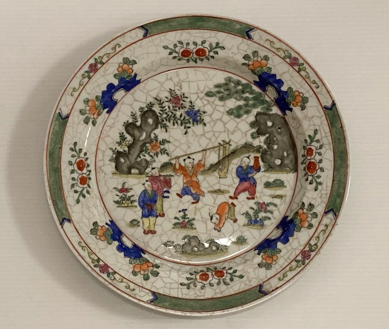ASSIETTE en porcelaine polychrome. Chine, XXe. Diam. 26,5.
