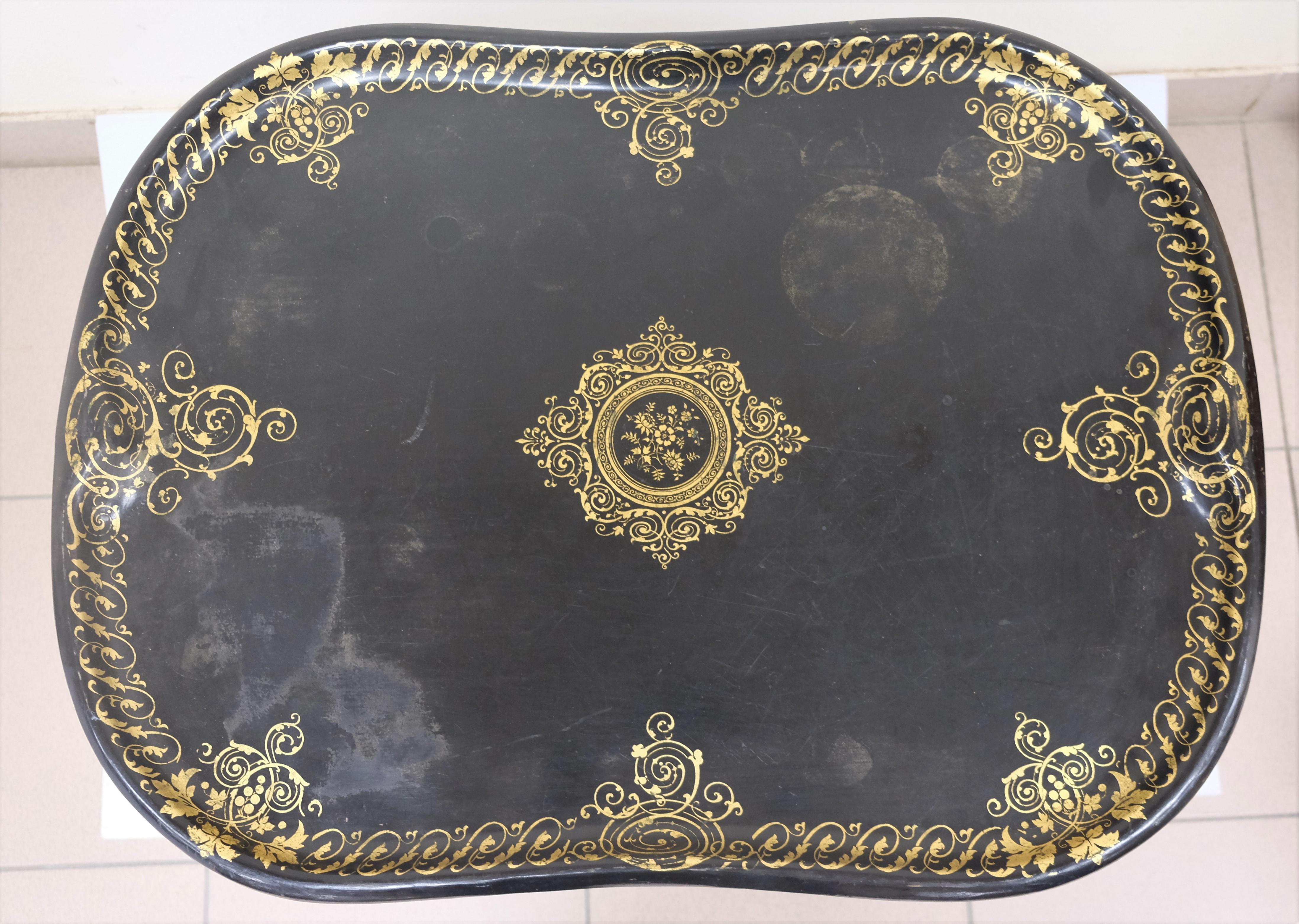 PLATEAU en tôle à décor or sur fond noir. Fin XIXe. 59 X 80 - Avec support articulé en bois