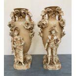 Paire de VASES en porcelaine beige ornés de motifs de fleurs en relief et agrémentés d'un couple
