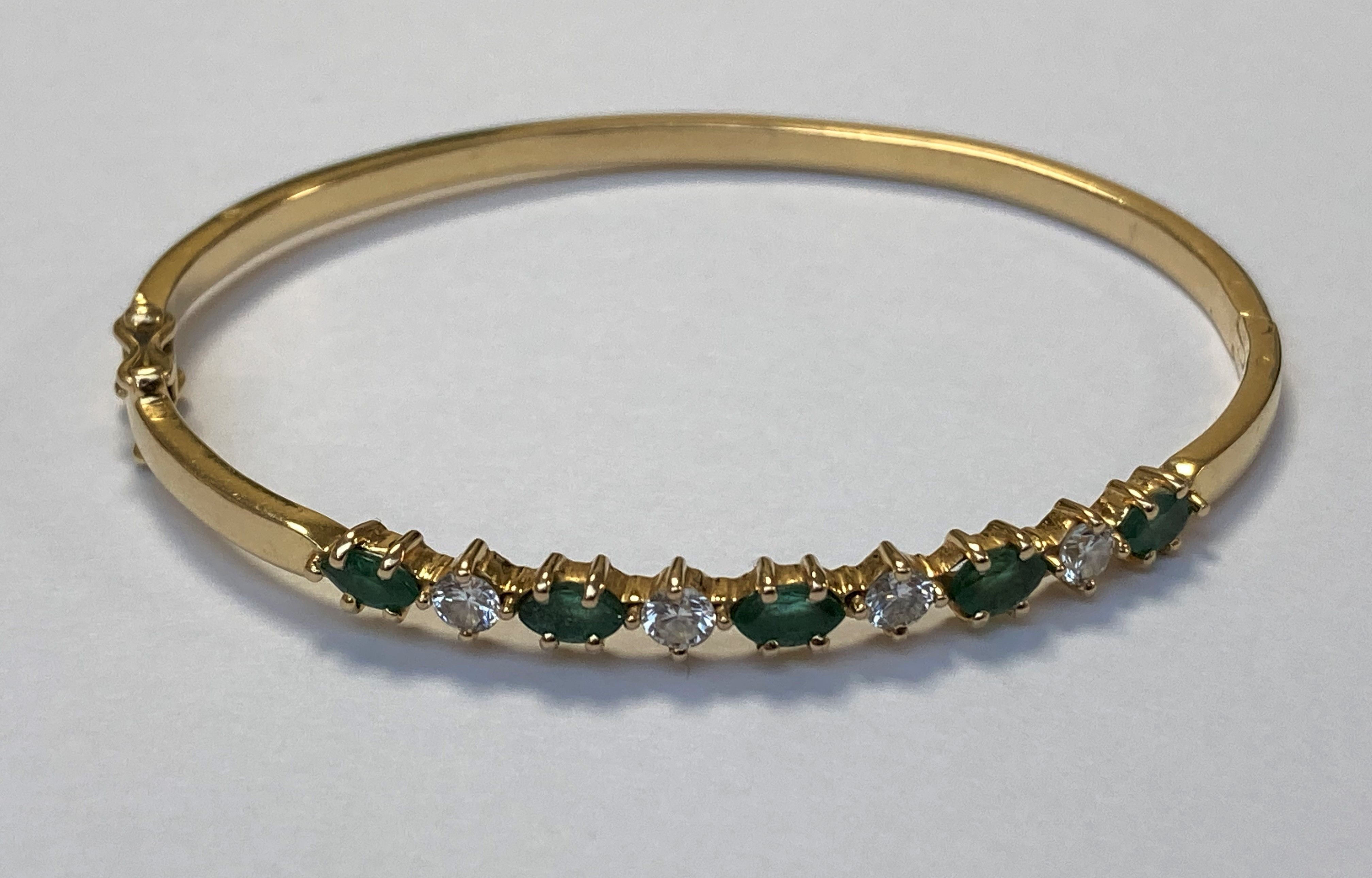 BRACELET jonc ouvrant en or jaune orné de cinq émeraudes marquise et de quatre diamants. 14,8 g.
