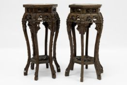 pair of antique Chinese pedestals in carved wood with marble top Paar antieke Chinese piedestalles/