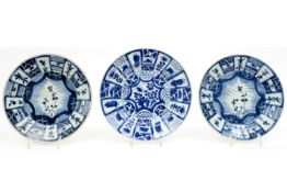 three 18th Cent. Chinese plates (two are a pair) in porcelain with blue-white decor Lot van drie