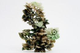 Chinese lidded vase in jade Chinese gedekselde vaas in jade met gesculpteerde florale