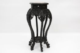 antique Chinese pedestal in carved wood with marble top Antieke Chinese piedestalle/bijzettafel in