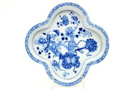 18th Cent. Chinese patti in porcelain with blue-white decor with stilllife 18°eeuwse Chinese zgn '