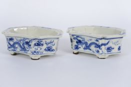 pair of hexagonal Chinese jardiniers in porcelain with blue-white decor Paar hexagonale Chinese