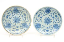 pair of small antique Chinese plates in marked porcelain with blue-white flower decor Paar antieke