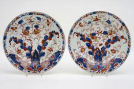 Paar achttiende eeuwse Chinese schalen in porselein met een apart Imari-decor - diameter : 28 cm   